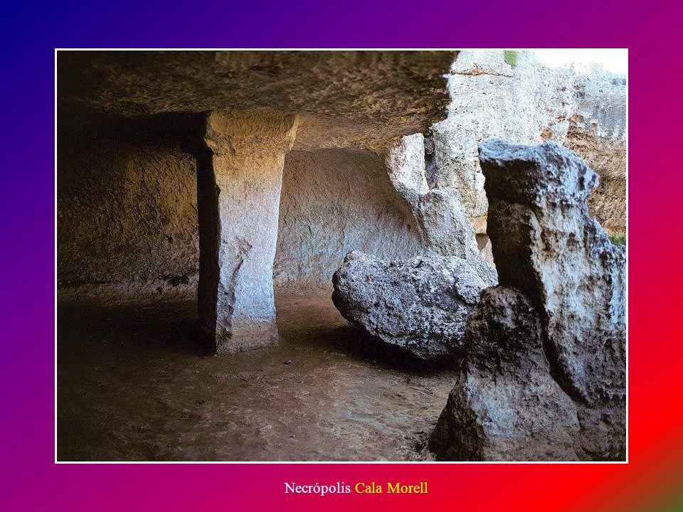 Interior cueva de enterramiento en Cala Morell