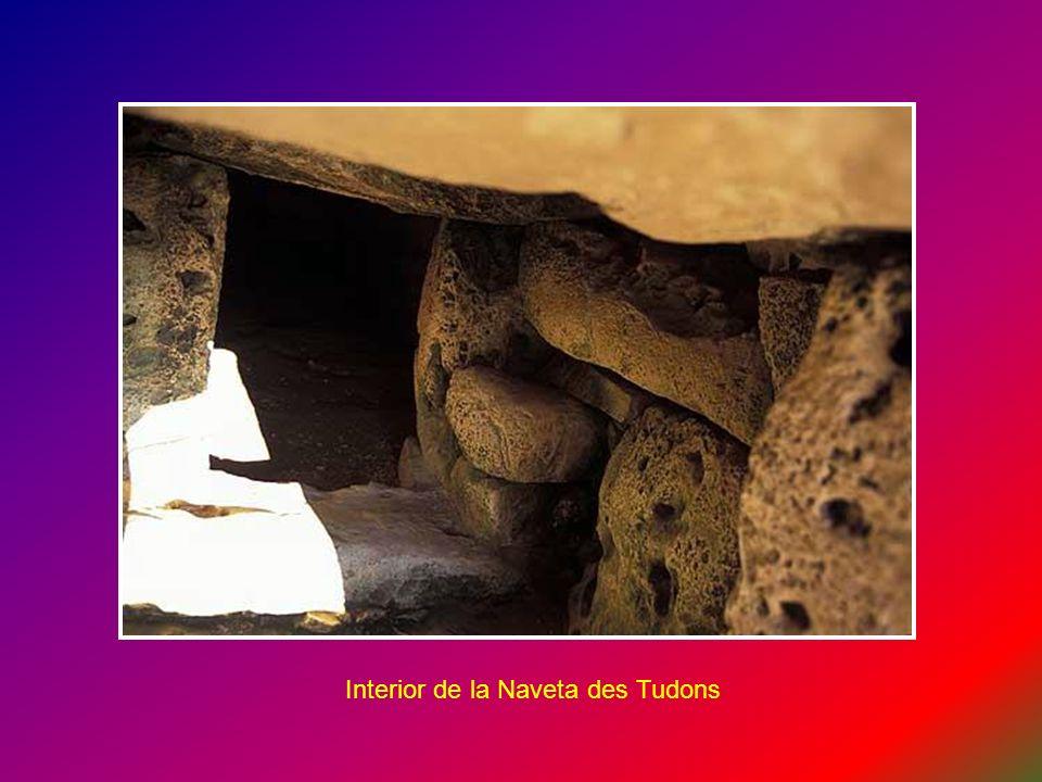 Interior de la Naveta des Tudons (tumba colectiva de dos alturas), se usaba como osario. Los huesos acompañados del ajuar funerario del difunto, eran