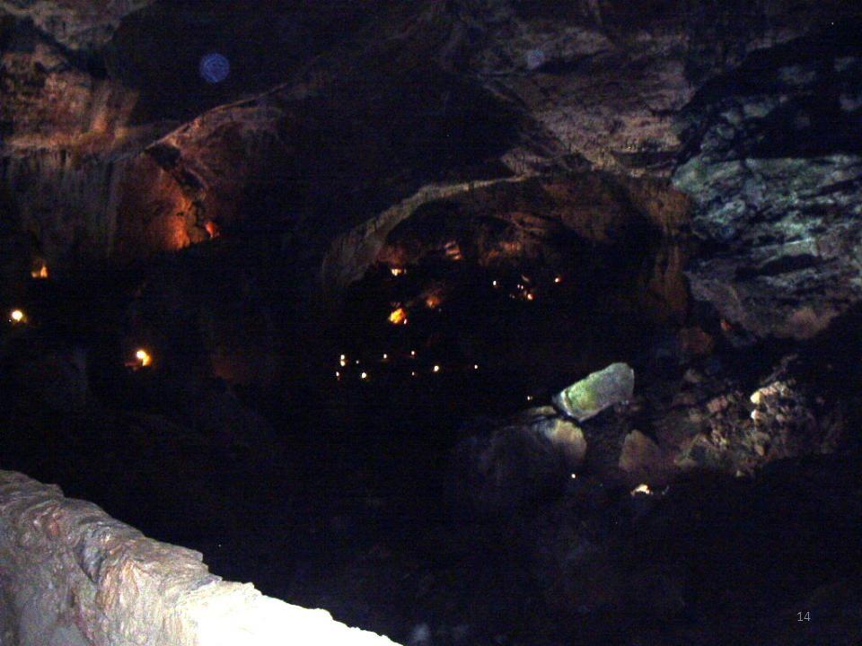 Entrada a la Cueva La Cueva de Valporquero, fue descubierta por un grupo de espeleólogos de la Sociedad Casino de León. Durante bastantes años estuvo