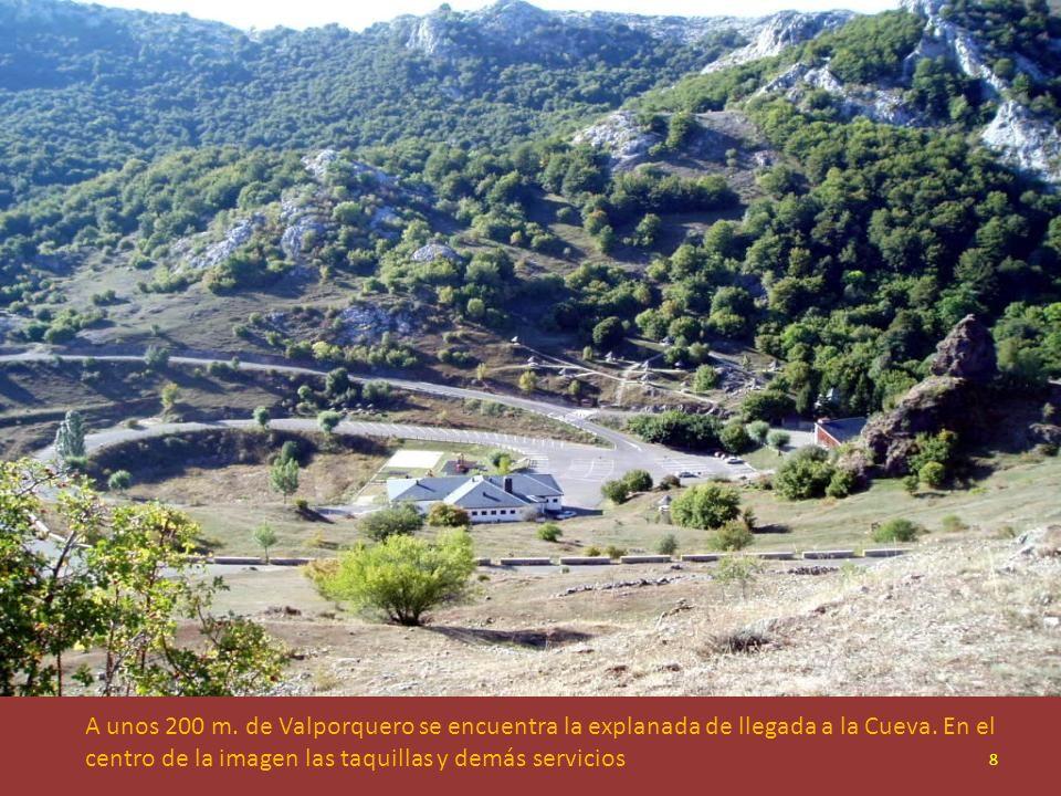 A unos 200 m.de Valporquero se encuentra la explanada de llegada a la Cueva.