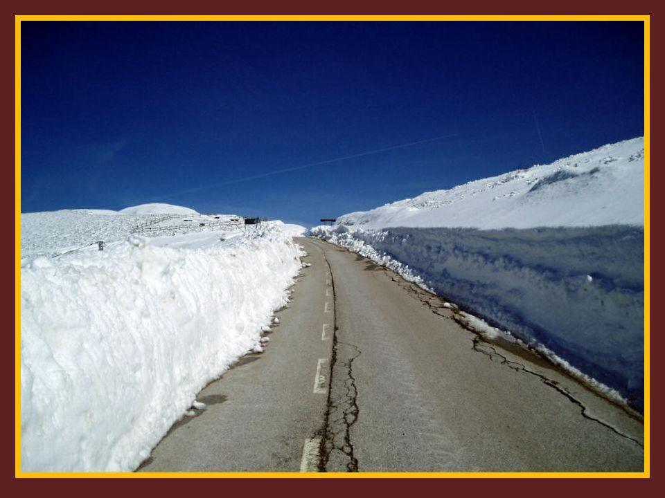 Se puede apreciar como la carretera está completamente limpia a pesar de la nieve caída durante la Semana Santa, ya que las máquinas quitanieves hacía