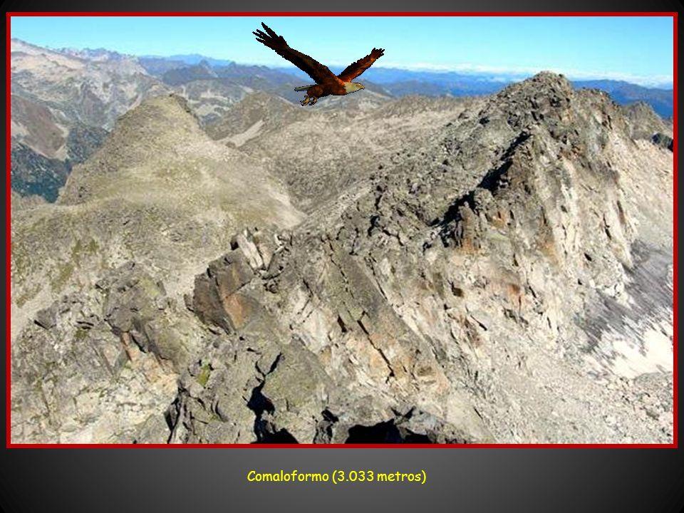 Panorámica desde el pico de Peguera (2.982 metros) Las montañas más altas son: Pico de Comaloforno (3.033 m.), Besiberri Norte (3.015 m.), Besiberri S