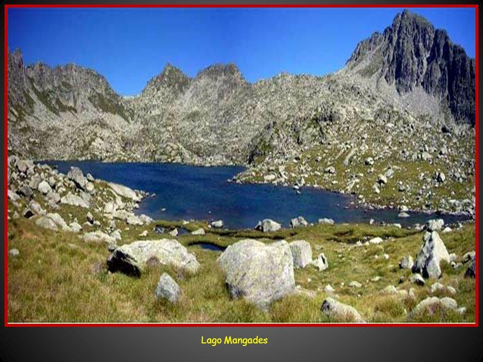 Dentro del Parque nacional se pueden encontrar hasta 80 lagos. Los principales son: Llebreta, Serradé, Contraix, Llong, Mussoles, Ribera, Morrano, Del