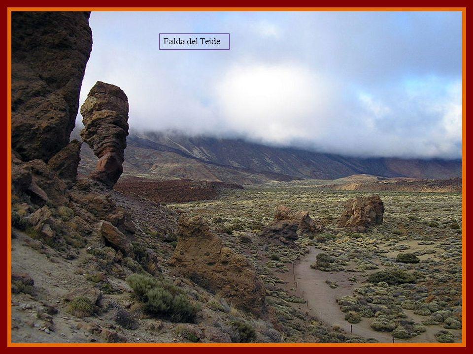 Roque cinchado y el Teide