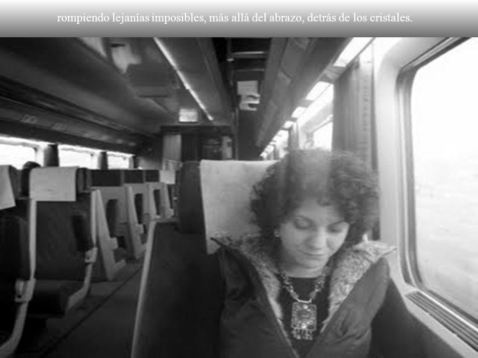 Descarriladas lunas engaitadas en los raíles de una vía muerta, están pidiendo trenes por sus noches, los trenes que partían descalabrando nieblas….