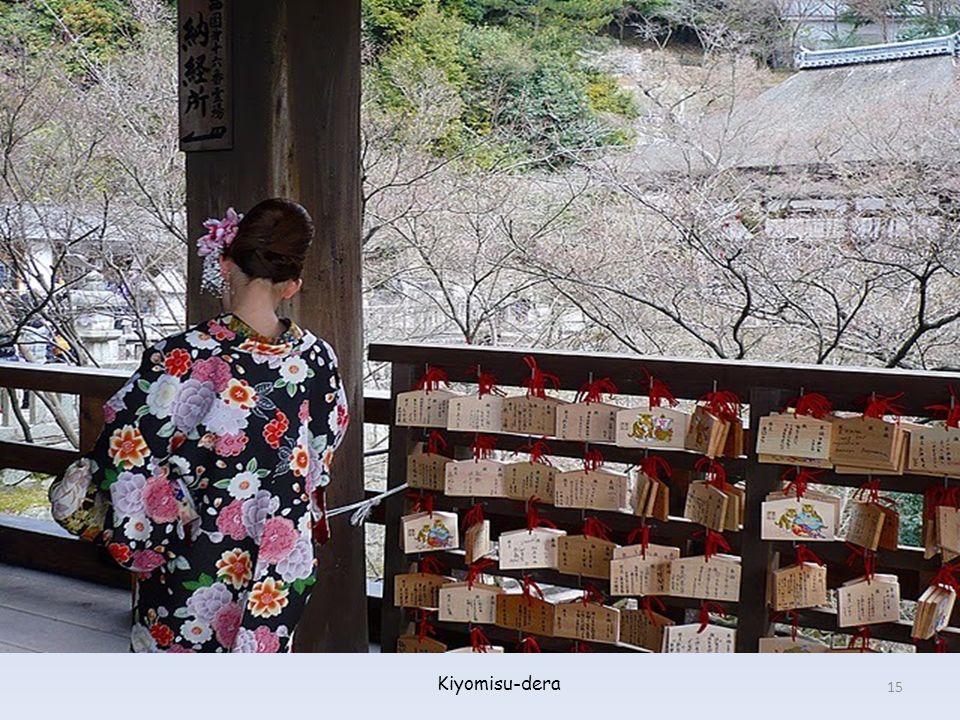Las parejas vestidas de forma tradicional posan encantadas para las fotos (Kiyomisu-dera) 14