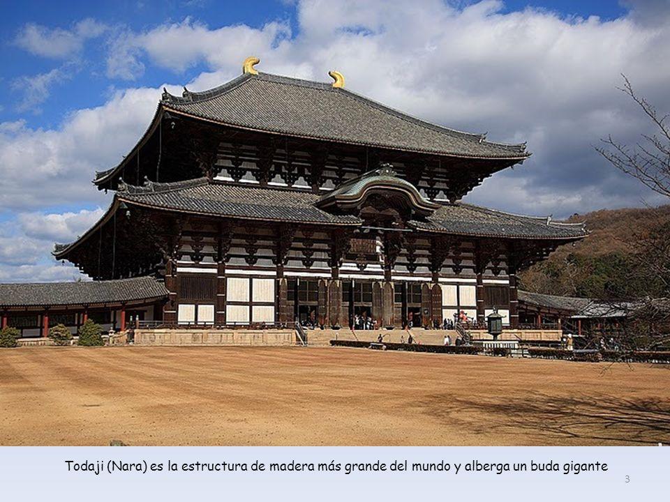 Cementerio con la pagoda de tres pisos al fondo (Nara).