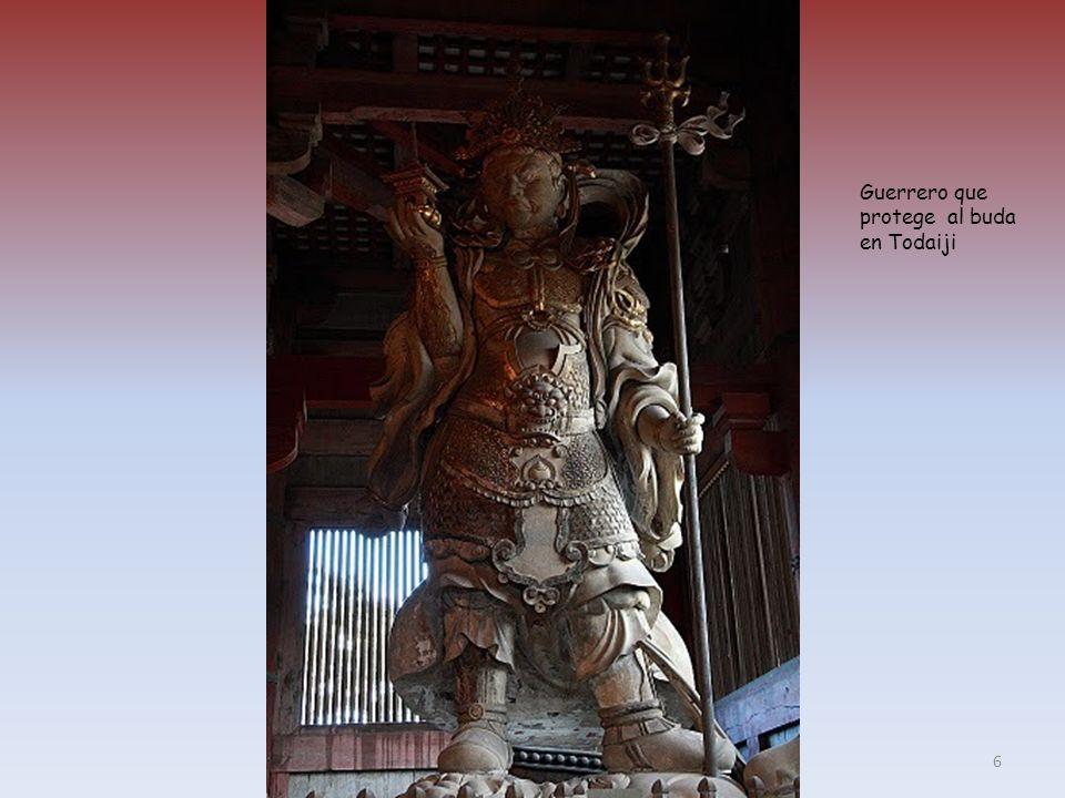 Monje ocupándose de las ofrendas del DaibutsuDen (obsérvese el tamaño de la mano del buda) 5