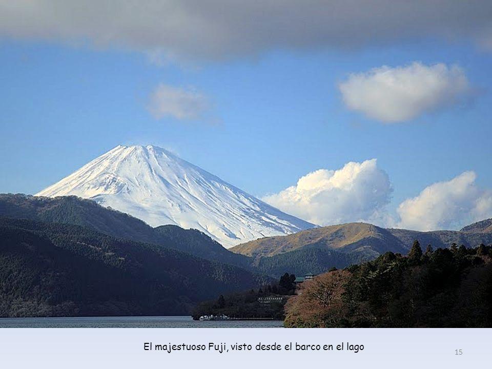 Lago Ashi, en Hakone, con el Fuji asomándose al fondo 14