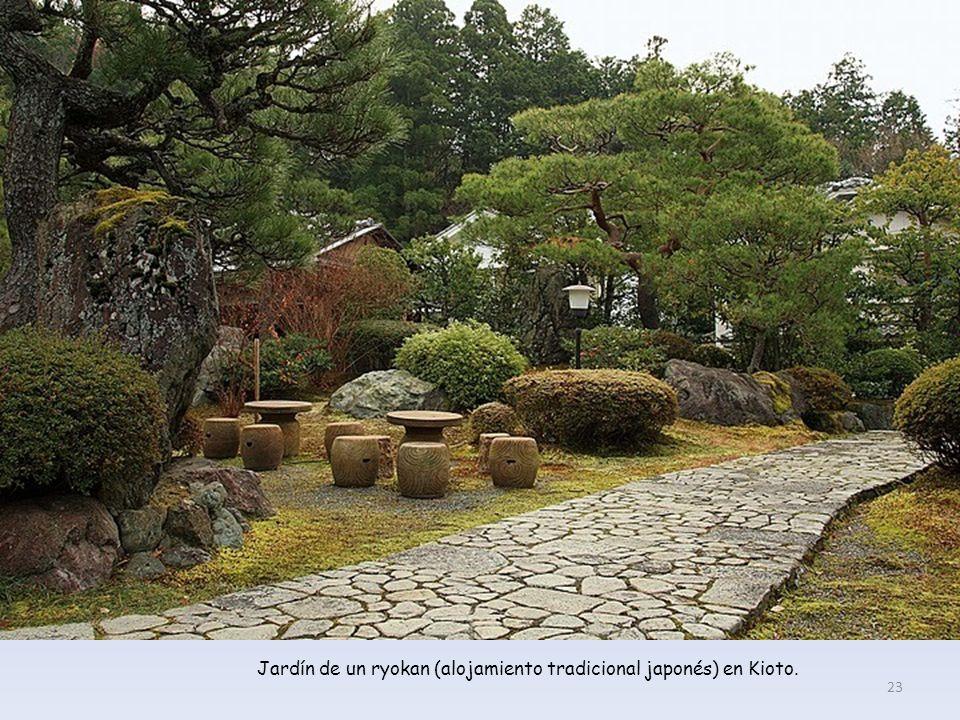 En la obra de Mishima, el reflejo en el estanque supera en belleza al propio templo, según el monje 22