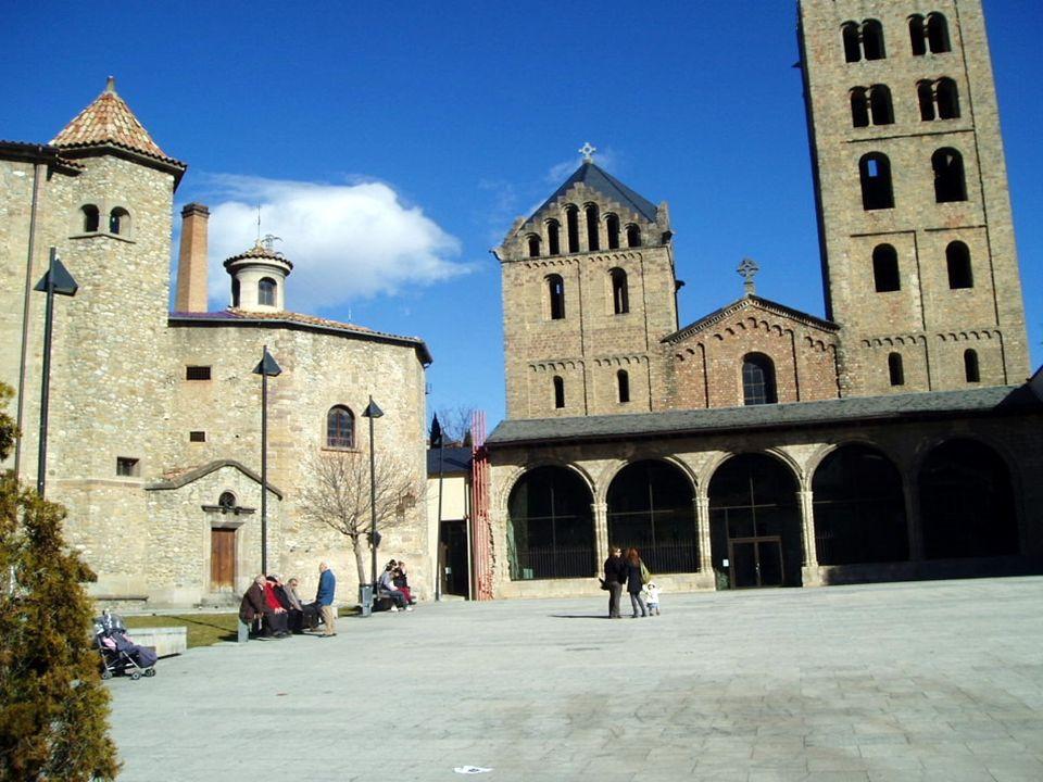 MONASTERIO DE SANTA MARIA DE RIPOLL Monasterio benedictino. Es una de las mejores muestras del arte románico de la zona. Fue el Conde Wifredo quien re