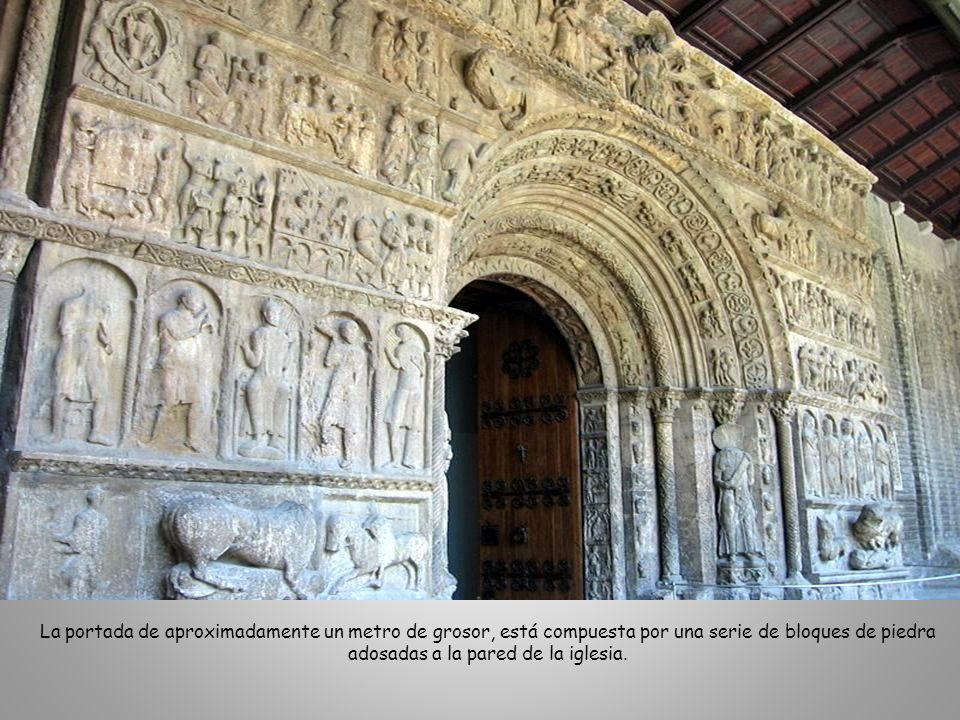 La portada de aproximadamente un metro de grosor, está compuesta por una serie de bloques de piedra adosadas a la pared de la iglesia.