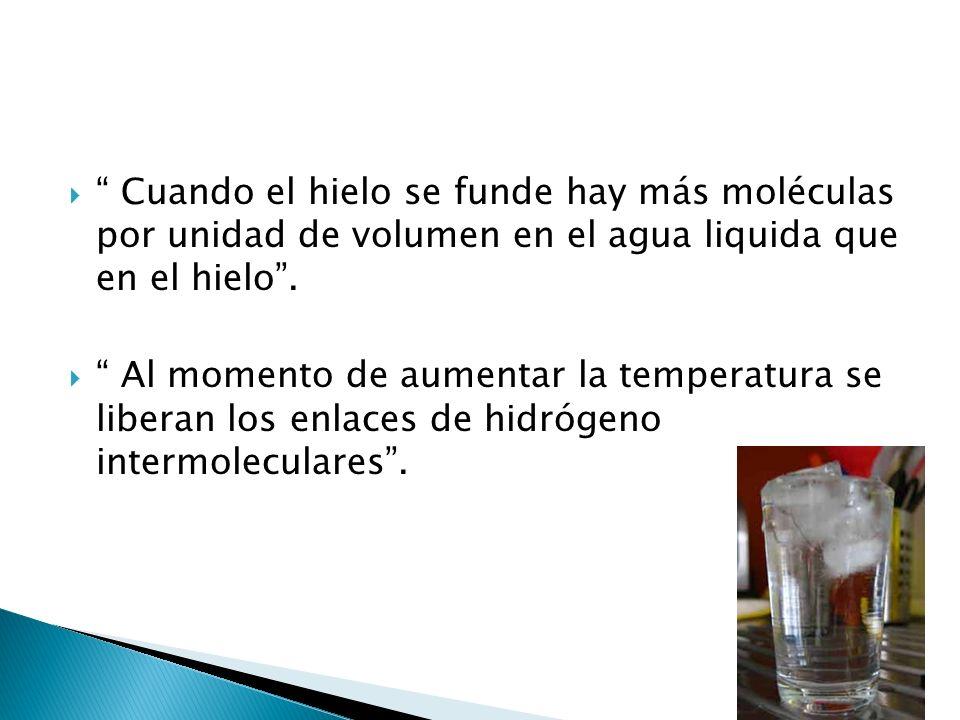 Cuando el hielo se funde hay más moléculas por unidad de volumen en el agua liquida que en el hielo. Al momento de aumentar la temperatura se liberan