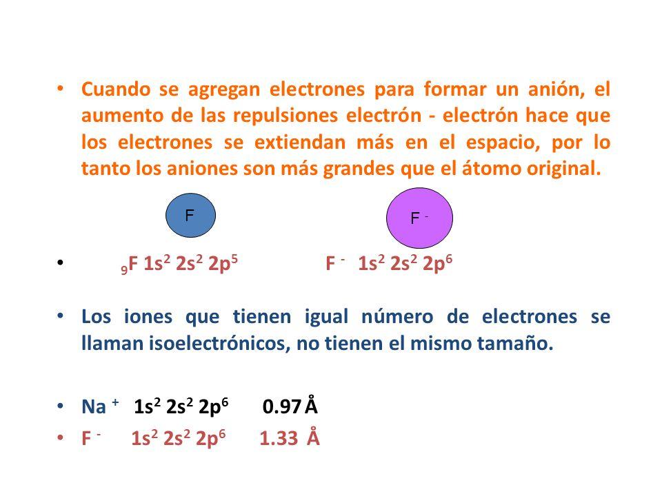 Cuando se agregan electrones para formar un anión, el aumento de las repulsiones electrón - electrón hace que los electrones se extiendan más en el es
