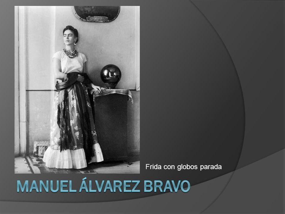 Frida con globos parada