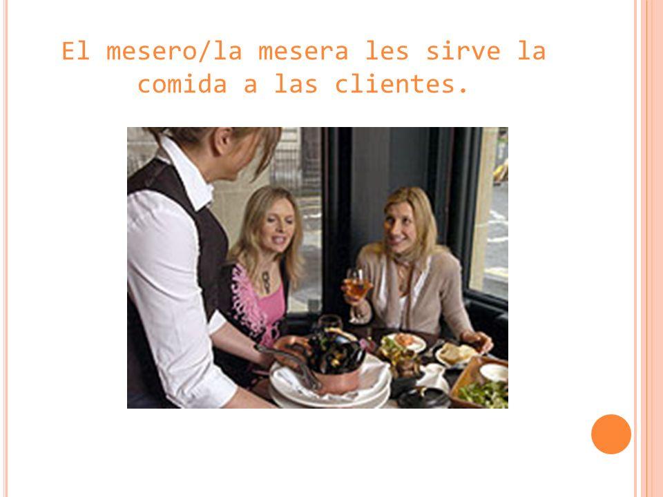 El mesero/la mesera les sirve la comida a las clientes.