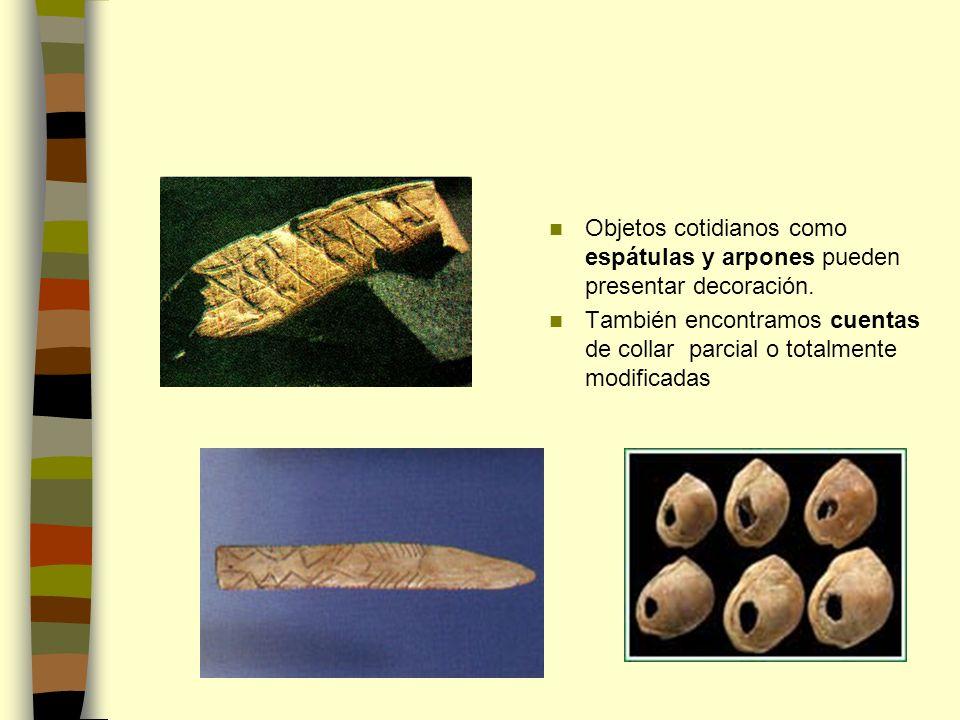 Objetos cotidianos como espátulas y arpones pueden presentar decoración. También encontramos cuentas de collar parcial o totalmente modificadas