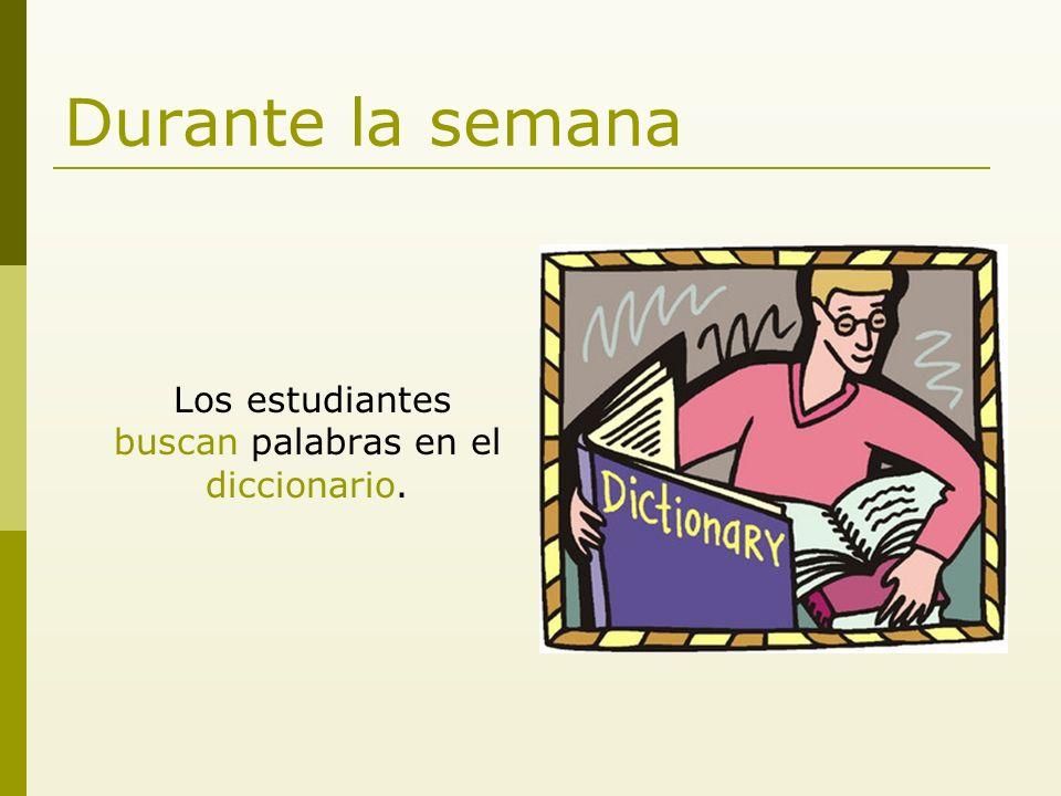 Durante la semana Los estudiantes buscan palabras en el diccionario.