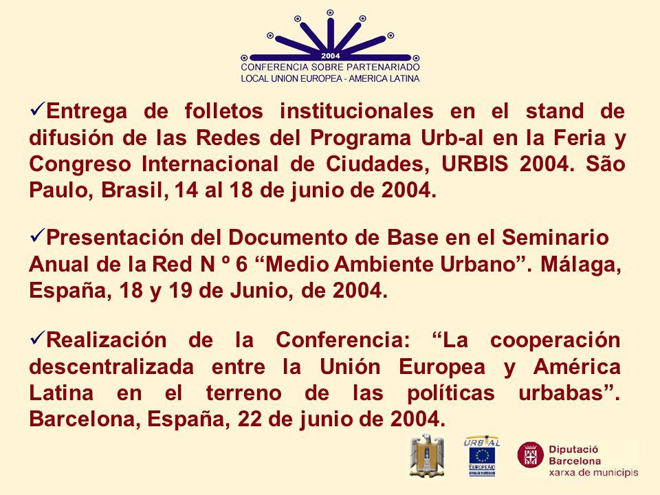 Entrega de folletos institucionales en el stand de difusión de las Redes del Programa Urb-al en la Feria y Congreso Internacional de Ciudades, URBIS 2