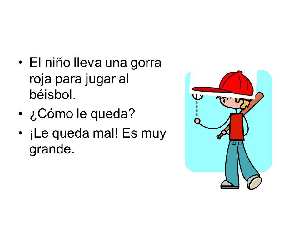 El niño lleva una gorra roja para jugar al béisbol. ¿Cómo le queda? ¡Le queda mal! Es muy grande.