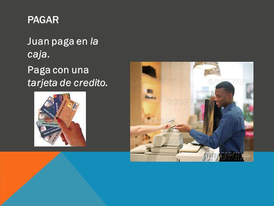 Juan paga en la caja. Paga con una tarjeta de credito. PAGAR