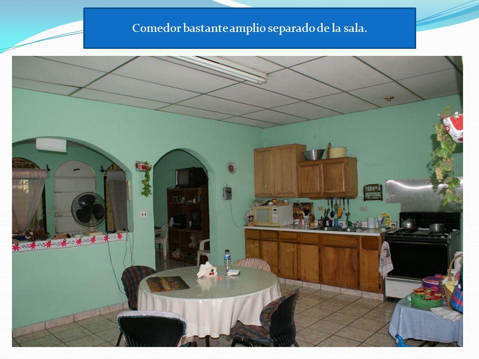 Comedor bastante amplio separado de la sala.