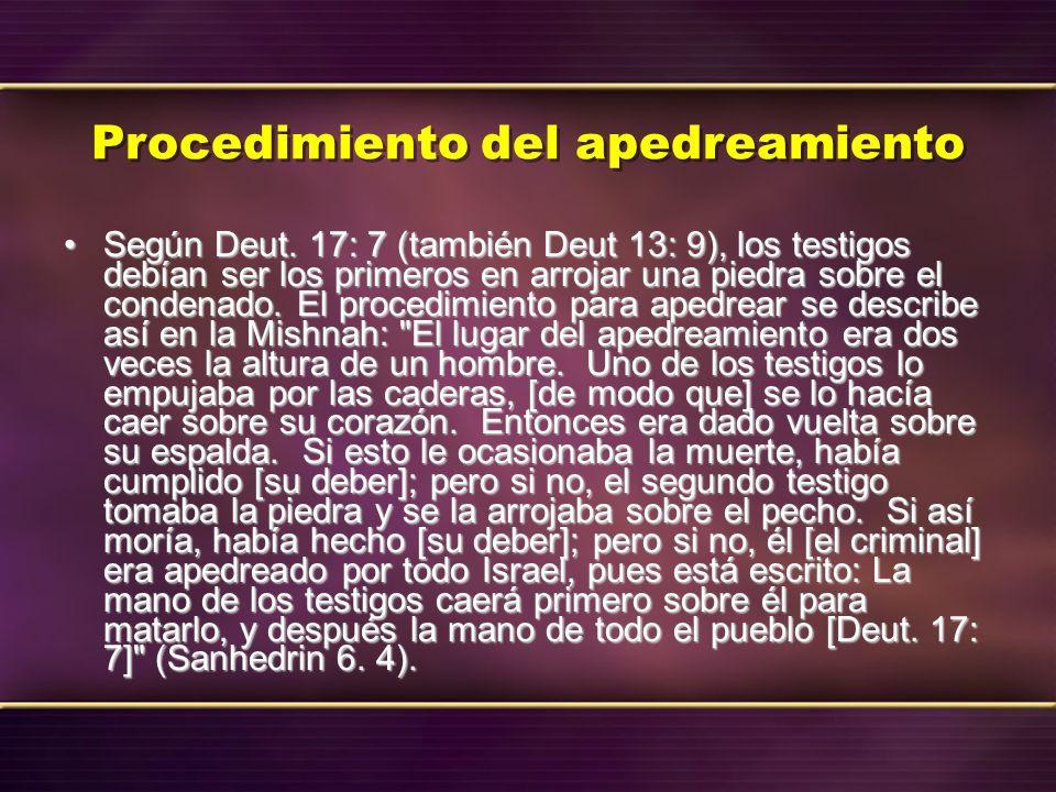 Procedimiento del apedreamiento Según Deut. 17: 7 (también Deut 13: 9), los testigos debían ser los primeros en arrojar una piedra sobre el condenado.