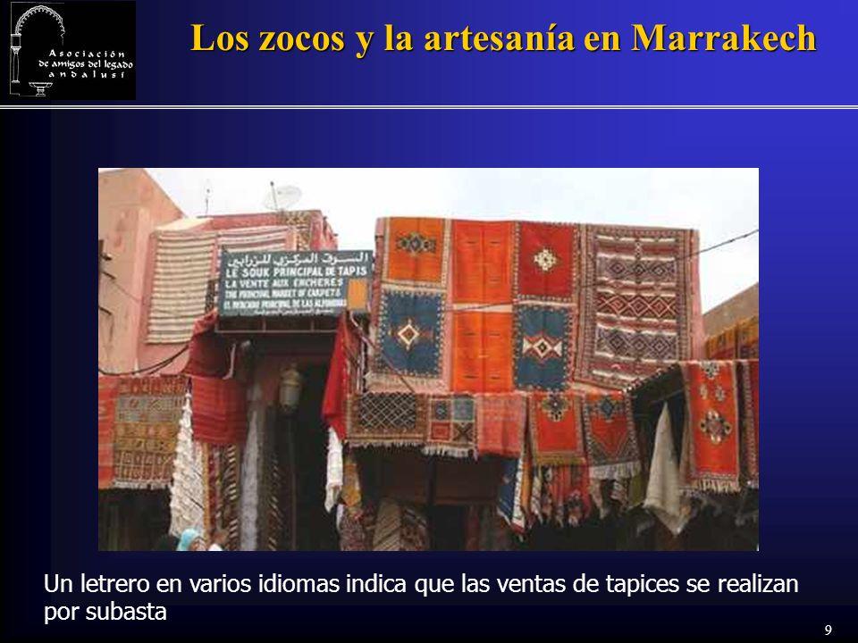 9 Los zocos y la artesanía en Marrakech Un letrero en varios idiomas indica que las ventas de tapices se realizan por subasta