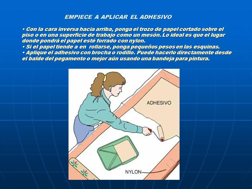 EMPIECE A APLICAR EL ADHESIVO Con la cara inversa hacia arriba, ponga el trozo de papel cortado sobre el piso o en una superficie de trabajo como un m