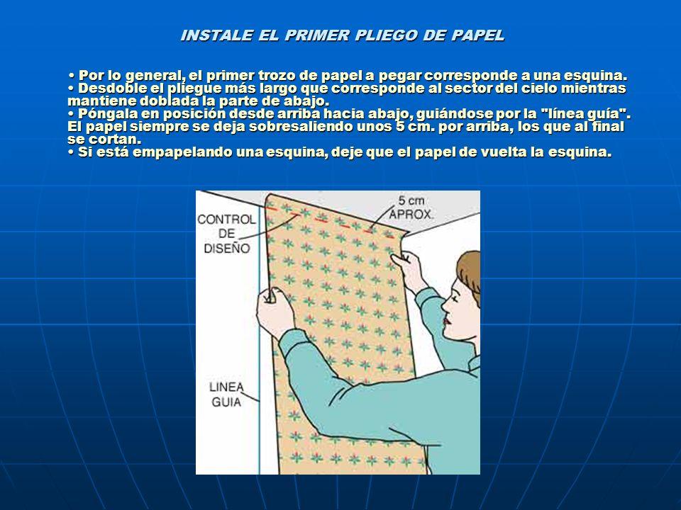 INSTALE EL PRIMER PLIEGO DE PAPEL Por lo general, el primer trozo de papel a pegar corresponde a una esquina. Desdoble el pliegue más largo que corres