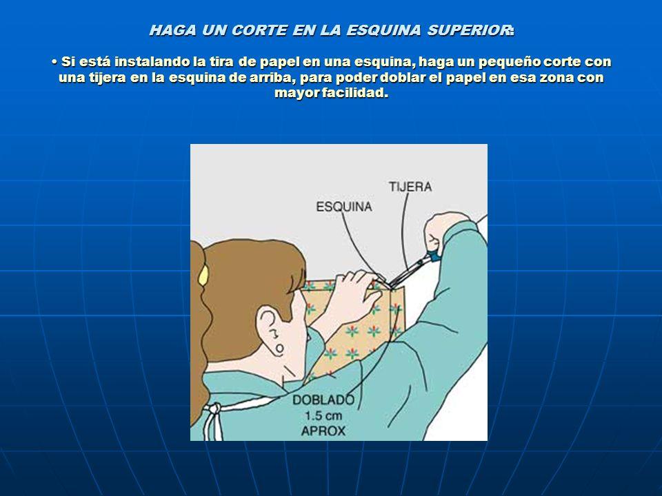 HAGA UN CORTE EN LA ESQUINA SUPERIOR: Si está instalando la tira de papel en una esquina, haga un pequeño corte con una tijera en la esquina de arriba