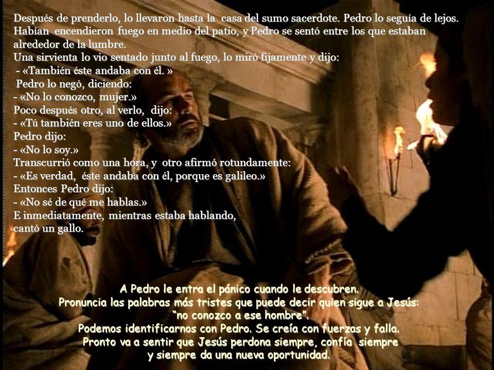 Viendo los suyos lo que se avecinaba, le dijeron: - « Se ñ or, ¿ sacamos la espada? » Y uno de ellos atac ó al criado del sumo sacerdote y le cort ó l