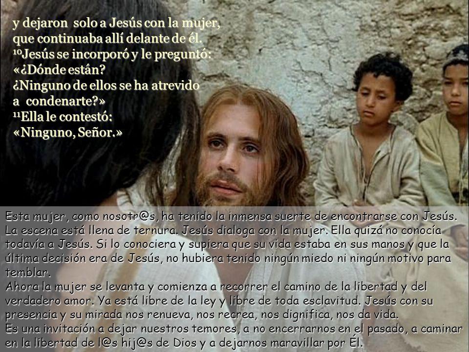 y dejaron solo a Jesús con la mujer, que continuaba allí delante de él.