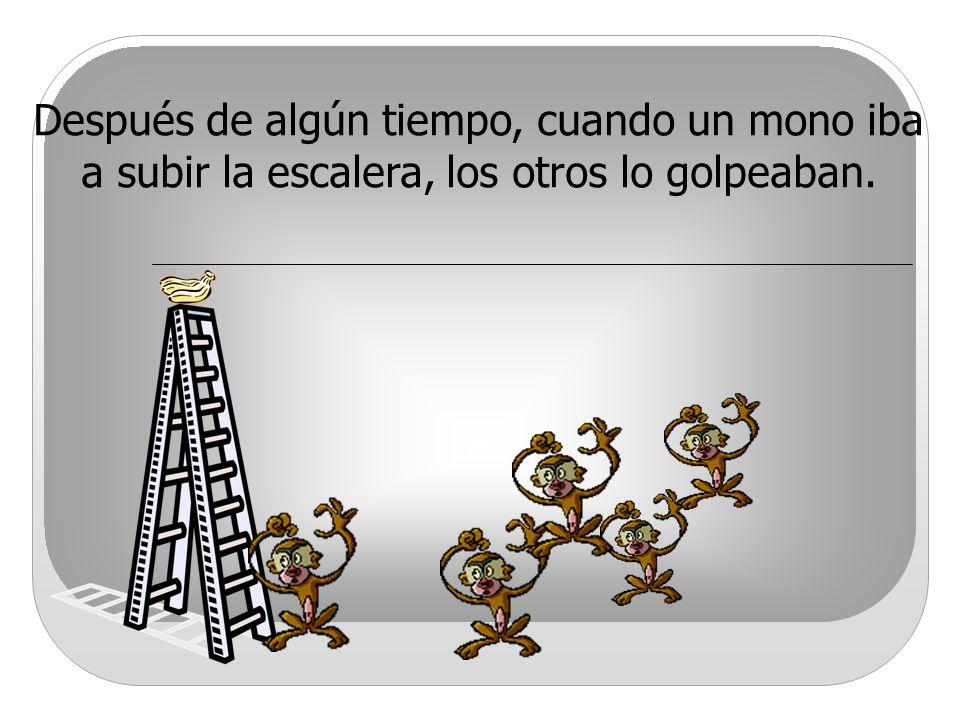 Después de algún tiempo, cuando un mono iba a subir la escalera, los otros lo golpeaban.