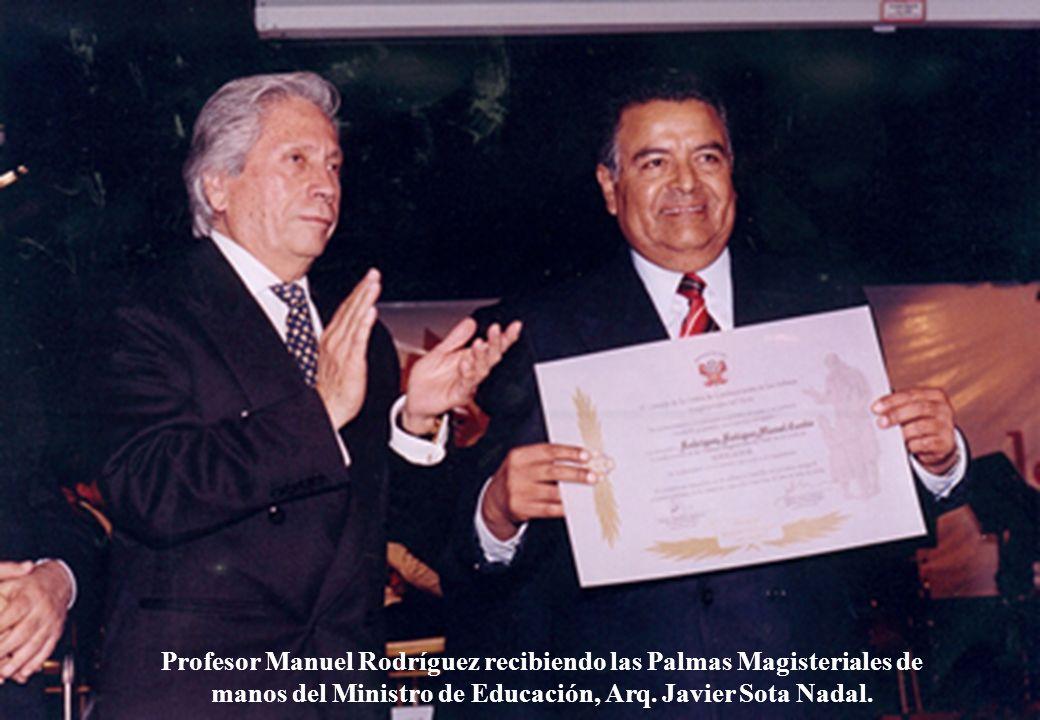 Profesor Manuel Rodríguez recibiendo las Palmas Magisteriales de manos del Ministro de Educación, Arq. Javier Sota Nadal.