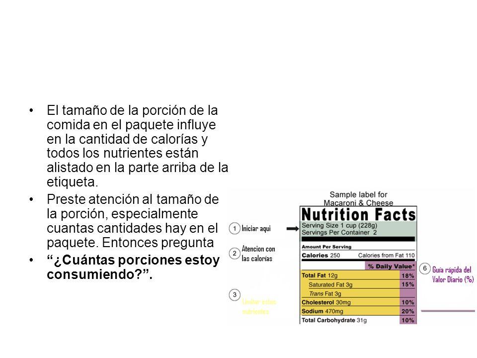 El tamaño de la porción de la comida en el paquete influye en la cantidad de calorías y todos los nutrientes están alistado en la parte arriba de la e
