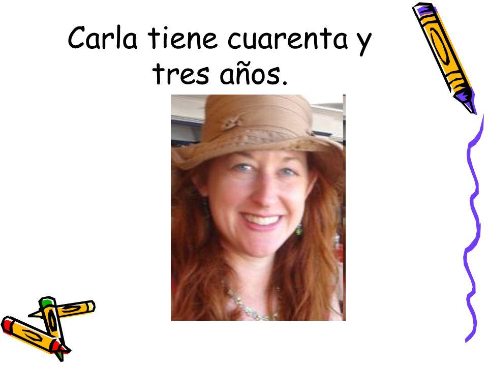 Carla tiene cuarenta y tres años.