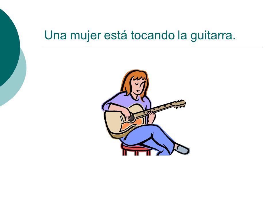 Una mujer está tocando la guitarra.