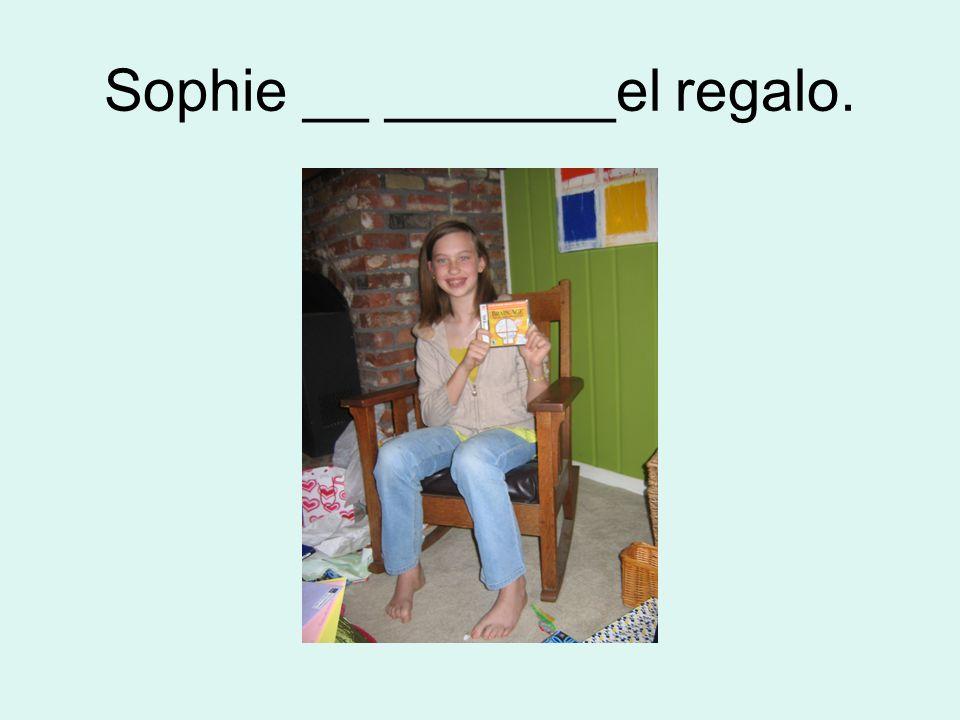 Sophie __ _______el regalo.