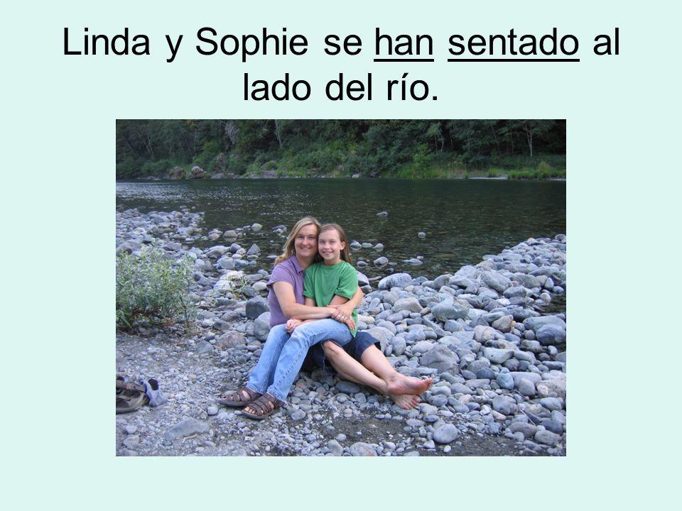 Linda y Sophie se han sentado al lado del río.