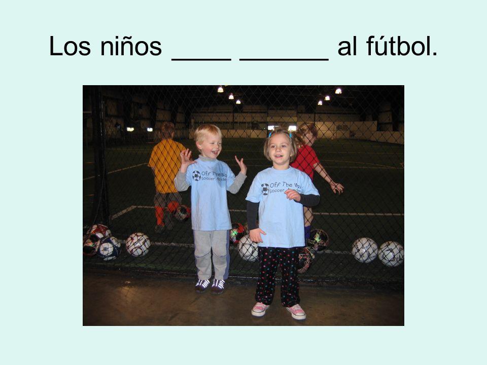 Los niños ____ ______ al fútbol.