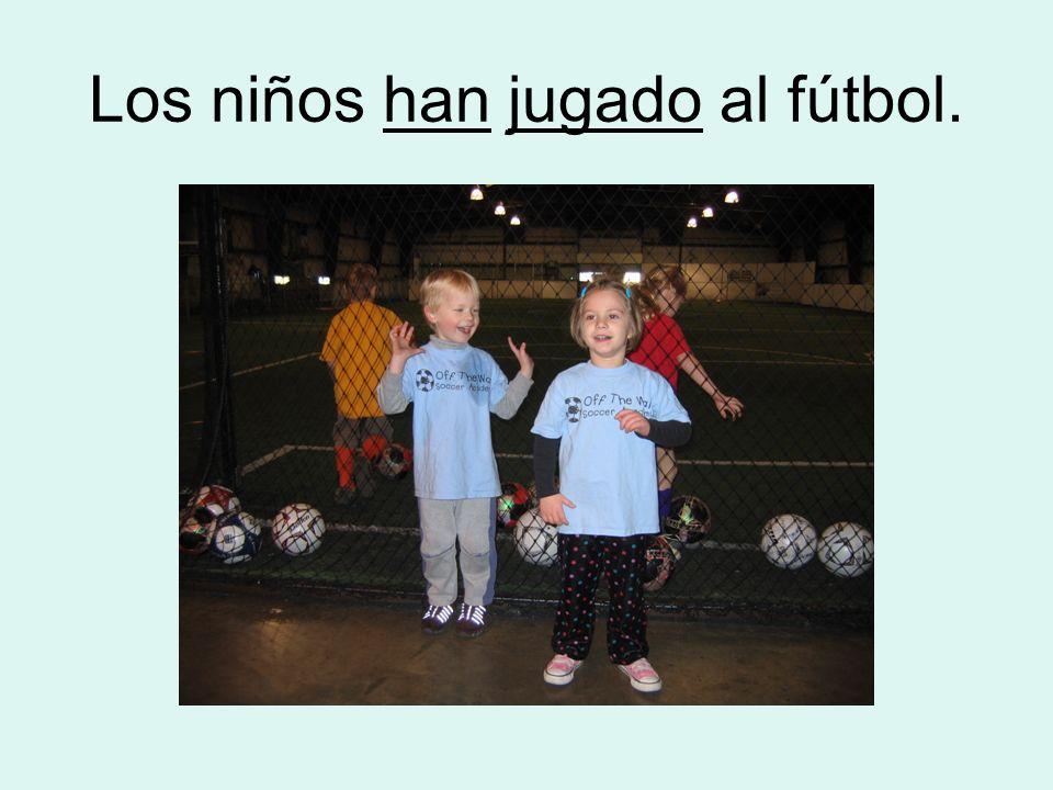 Los niños han jugado al fútbol.
