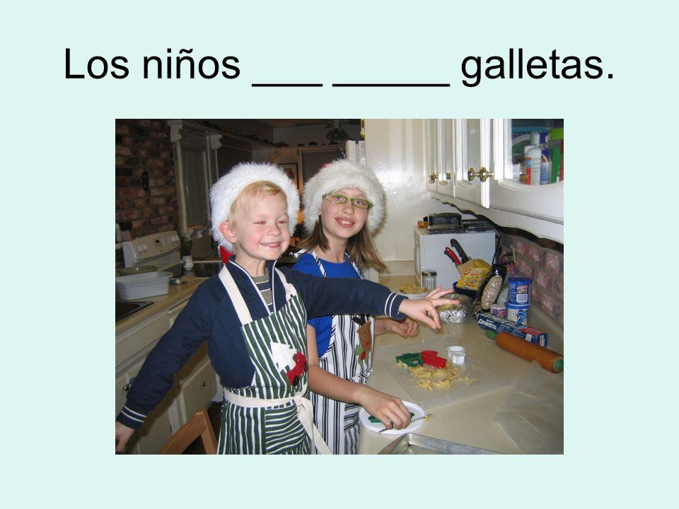 Los niños ___ _____ galletas.
