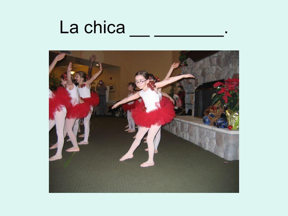 La chica __ _______.