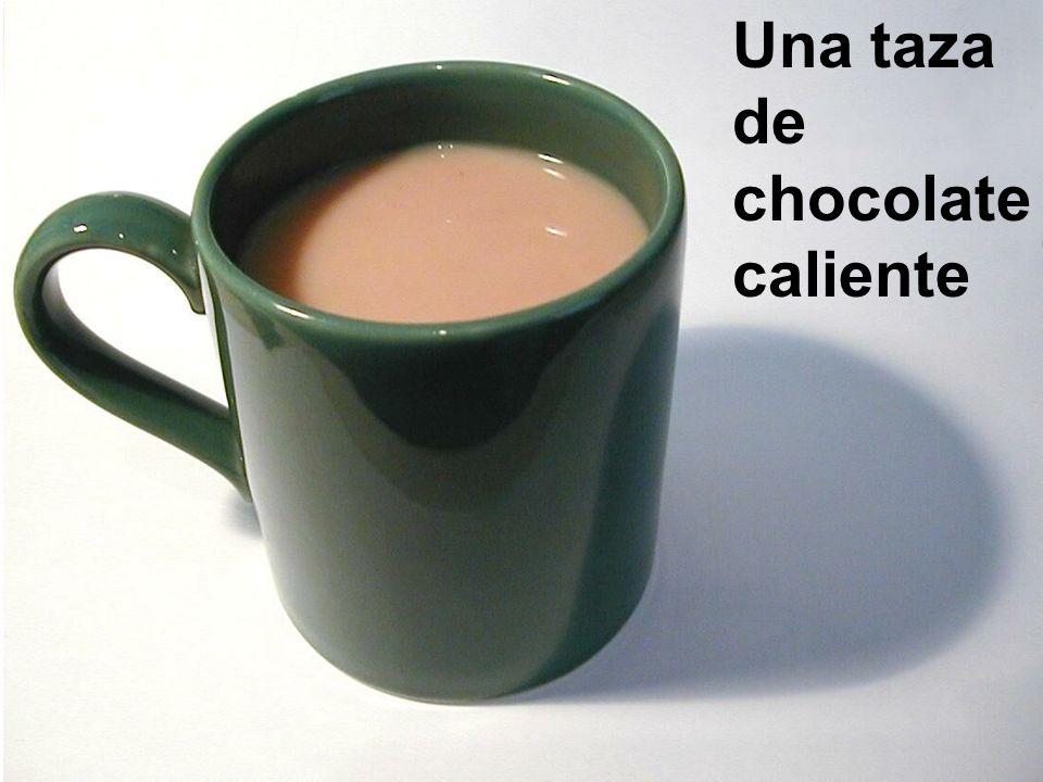 Una taza de café con leche el platillo