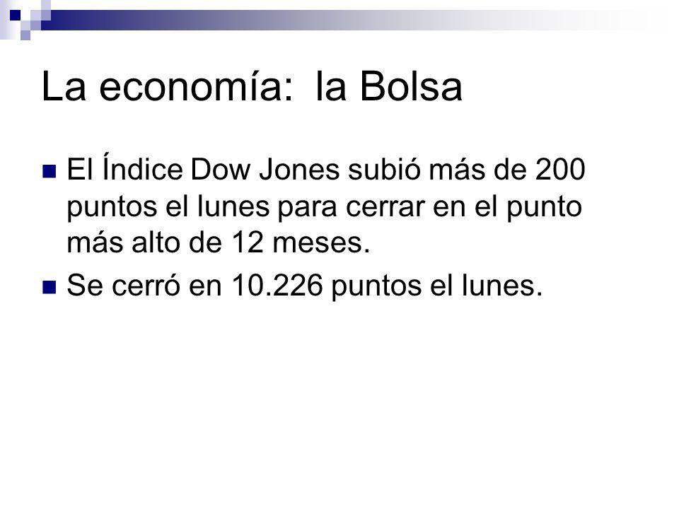 La economía: la Bolsa El Índice Dow Jones subió más de 200 puntos el lunes para cerrar en el punto más alto de 12 meses. Se cerró en 10.226 puntos el