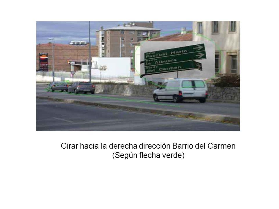 Girar hacia la derecha dirección Barrio del Carmen (Según flecha verde)