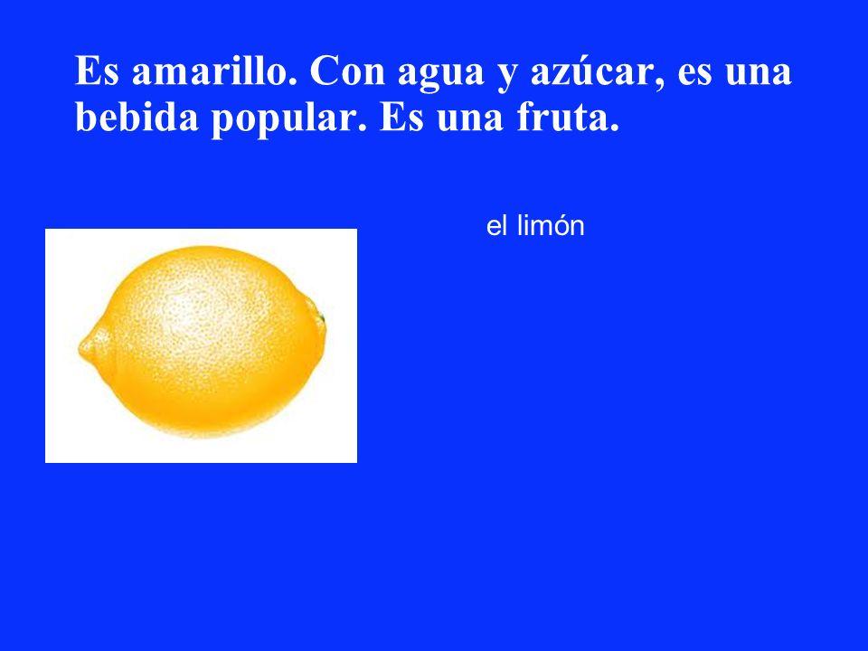 Es amarillo. Con agua y azúcar, es una bebida popular. Es una fruta. el limón