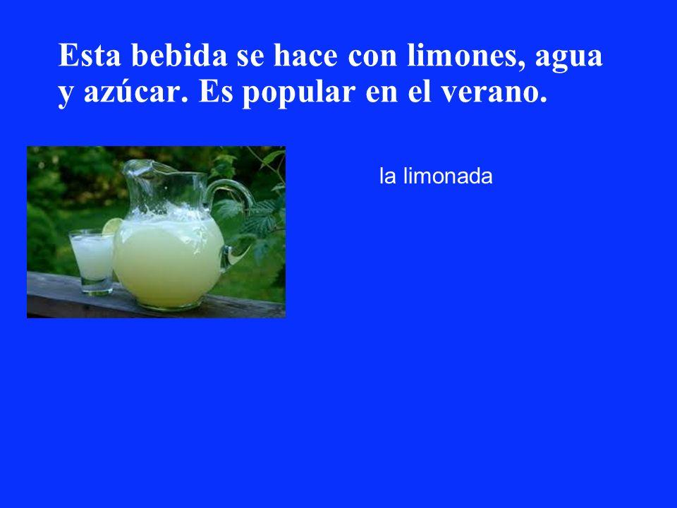 Esta bebida se hace con limones, agua y azúcar. Es popular en el verano. la limonada