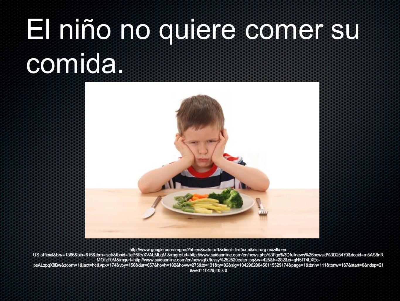 El niño no quiere comer su comida.
